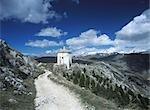 Chemin menant à la chapelle de St Maria della Pietà ci-dessus Calascio, Abruzzo, Italie.