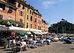 Café du front de mer dans le port, Ligurie, Italie.