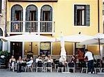 Personnes à l'extérieur à boire au café, Campo Santa Margherita, Venise, Italie