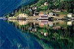 Montagne reflétée dans le lac, le Fjord, Norvège