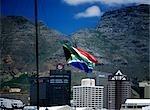 Drapeau sud-africain sur grand yacht dans le bassin de Alfred du secteur riverain de V & A, avec la montagne de la Table, Cape Town, Afrique du Sud.