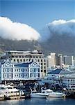 La région de Victoria & Albert Waterfront avec la montagne de la Table, Cape Town, Afrique du Sud.