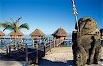 Cabanes dans la mer. Moorea Pearl Beach, Moorea. Polynésie française.