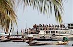 Bateau plein de touristes qui arrivent, Ko Phangan, Thaïlande
