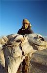Cavalier chameau berbère et chameau pendant un chameau trek dans le désert du Sahara de Douz (ville sur le bord du sud de la Tunisie), Tunisie.