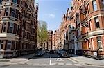 Voitures stationnées dans la rue entre les rangées de logement, Kensington, Londres, Angleterre