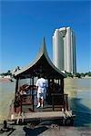 Un bateau hôtel ferries de personnes à travers le fleuve Chao Phraya, Bangkok.