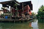 Par le Damnoen Saduak Floating marché 100 km au sud-ouest de Bangkok