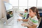 Studenten, die an Computern arbeiten