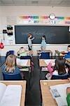 Kinder Grade drei Klassenzimmer schriftlich auf die Tafel