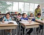 Kinder und Lehrer in Klasse drei Klassenzimmer