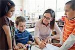 Kinder und Lehrer in Grade ein Klassenzimmer