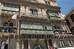 Fenêtres typiques sur le bâtiment dans la rue de la République, la Valette, Malte, Europe