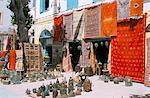 Tapis et objets métalliques pour vente, Essaouira, Maroc, l'Afrique du Nord, Afrique