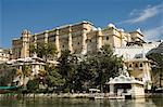 Vue sur le Palais de la ville et les hôtels du lac Pichola, Udaipur, Rajasthan État, Inde, Asie