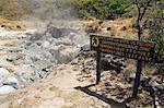 La vapeur de piscines de boue volcanique, Rincon de la Vieja National Park, au pied du volcan Rincon, Guanacaste, Costa Rica, l'Amérique centrale