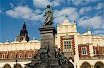Statue du poète romantique Mickiewicz devant la Halle aux draps (Sukiennice), place du marché (Rynek Glowny), vieille ville (Stare Miasto), Krakow (Cracovie), patrimoine mondial de l'UNESCO, Pologne, Europe