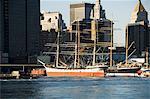 Bateaux historiques amarré au quai 17 East River, Manhattan, New York City, New York, États-Unis d'Amérique, Amérique du Nord