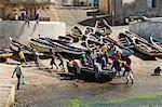 Pêcheurs en prenant le bateau hors de l'eau dans le port de Ponto faire Sol, Ribiera Grande, Santo Antao, îles du Cap-vert, Atlantique, Afrique