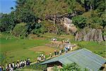 Groupe de touristes sur la visite aux tombes de falaise de Lemo, Toraja zone, Sulawesi, en Indonésie, l'Asie du sud-est, Asie