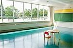 Chaise et un bureau en salle de classe