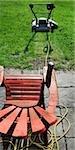 Tondeuse à gazon et chaise de jardin avec de la bière peut