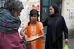 Menschen Fütterung Obdachlose, Kolkata, Indien