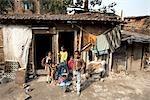 Enfants à l'extérieur de leur maison, Tilijara, Kolkata, West Bengal, Inde