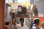 Panier de l'homme portant sur sa tête, Varanasi, Uttar Pradesh, Inde
