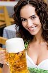 Junge Frau mit Glas Bier