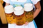 Junge Frau mit Brille Bier hautnah