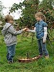 Mädchen und junge mit Korb Äpfel halten