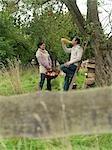 Homme et femme récoltant pommes relaxants