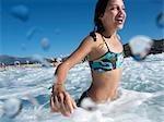 Fille à la plage, nager dans la mer