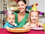 Mère et enfants, célébrant