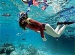 tir sous-marin de fille plongée en apnée