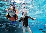 Garçon et fille de plongée en apnée