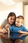 Mutter mit Sohn und Geld