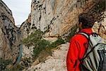Mann, Wandern auf dem Pfad, KongoST de Mont-Rebei, Montsec, Catalunya, Spanien