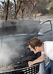 Frustrierter Mann Rauchen Automotor betrachten