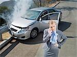 Geschäftsfrau mit Handy in der Nähe von Auto zerstört auf Geländer