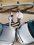 Zwei Geschäftsleute streiten Unfallwagen