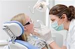 Dental Hygienist arbeiten an den Zähnen des Patienten