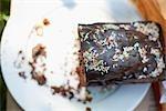 Die Hälfte der Schokoladen-Kuchen mit Streuseln auf Platte