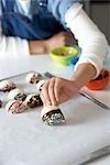 Frau machen Schokolade getaucht Shortbread mit Streuseln