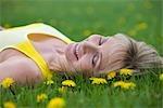 Femme couchée dans la prairie