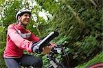 Femme vélo dans la forêt, Seattle, Washington, USA