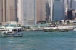 Central Pier avec les édifices commerciaux de Central, Hong Kong