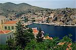 Vue aérienne sur le port et la ville de Yialos, sur la côte, Simi (Symi), îles du Dodécanèse, îles grecques, Grèce, Europe