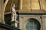 Statue et dôme doré, la cathédrale de Wawel, Cracovie, patrimoine mondial de l'UNESCO, Pologne, Europe